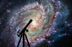 Fondo del espacio con la silueta del telescopio 83 más sucios Imágenes de archivo libres de regalías
