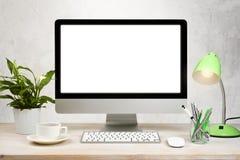 Fondo del espacio de trabajo con PC de sobremesa y accesorios de la oficina en la tabla Imagenes de archivo