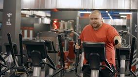 Fondo del espejo y reflexión grandes del club de fitness del entrenamiento duro y de la lucha agotada para el entrenamiento sano metrajes