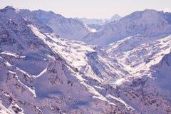 Fondo del fascio del sole delle nuvole del vento delle montagne del cielo di inverno estremamente altamente Fotografia Stock Libera da Diritti