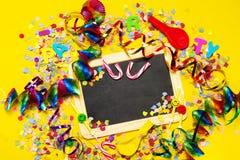 Fondo del feliz cumpleaños, del partido o del carnaval o wi del concepto del partido Imágenes de archivo libres de regalías