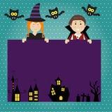 Fondo del feliz Halloween con el pequeños vampiro y bruja lindos Foto de archivo libre de regalías