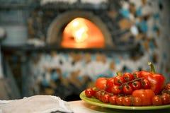 Fondo del forno del ob dei rami dei pomodori ciliegia Copi lo spazio Fotografia Stock