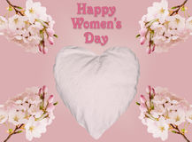 Fondo del giorno delle donne felici con cuore ed i fiori Fotografia Stock Libera da Diritti