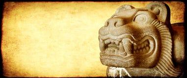 Fondo del Grunge con la figura de piedra del león Fotos de archivo