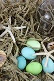 Fondo del huevo de Pascua de la playa Foto de archivo libre de regalías