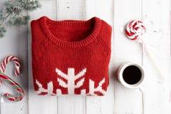 Fondo del invierno con el suéter y las piruletas Fotos de archivo