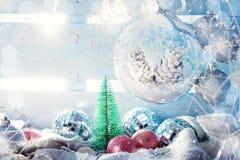 Fondo del invierno con las decoraciones de la Navidad Feliz Año Nuevo Feliz Navidad Foto de archivo
