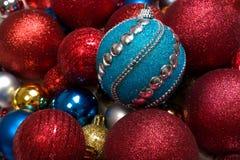 Fondo del invierno de la Navidad con la bola del juguete del Año Nuevo o el primer de las chucherías fotografía de archivo libre de regalías