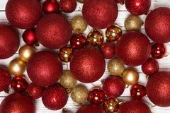 Fondo del invierno de la Navidad con la bola del juguete del Año Nuevo o primer de las chucherías en el tablero blanco de madera fotografía de archivo