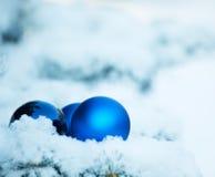 Fondo del invierno de la Navidad con la bola Imagenes de archivo