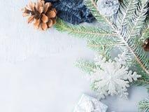 Fondo del invierno de la Navidad con las ramas de árbol de abeto Foto de archivo