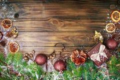 Fondo del invierno de la Navidad, una tabla adornada con las ramas del abeto y decoraciones Feliz Año Nuevo Feliz Navidad Foto de archivo libre de regalías