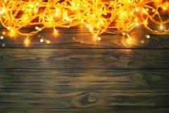 Fondo del invierno de la Navidad, una tabla adornada con las ramas del abeto y decoraciones Feliz Año Nuevo Feliz Navidad Foto de archivo