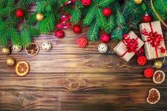 Fondo del invierno de la Navidad, una tabla adornada con las ramas del abeto y decoraciones Feliz Año Nuevo Feliz Navidad Imagen de archivo libre de regalías