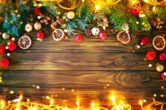Fondo del invierno de la Navidad, una tabla adornada con las ramas del abeto y decoraciones Feliz Año Nuevo Feliz Navidad Imagenes de archivo
