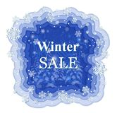 Fondo del invierno Nevado con los copos de nieve blancos y los modelos de papel en fondo azul libre illustration