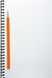fondo del libro en blanco con el lápiz anaranjado Fotos de archivo