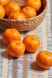 fondo del mantel del artesano de la cesta de la mandarina foto de archivo