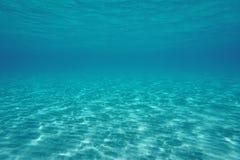 Fondo del mar arenoso bajo de la escena subacuática natural foto de archivo libre de regalías