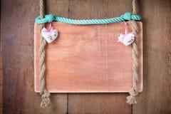 Fondo del marco de la tarjeta del día de San Valentín del vintage con los corazones que cuelgan en cuerda foto de archivo libre de regalías