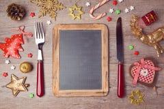 Fondo del menú de la Navidad con la pizarra y las decoraciones Visión desde arriba Imagen de archivo libre de regalías