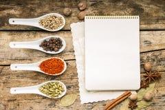 Fondo del menú Libreta de la receta con diveristy de especias y de la hierba Fotografía de archivo libre de regalías