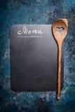 Fondo del menu con la lavagna e la cottura del cucchiaio di legno con cuore, vista superiore, posto per testo fotografia stock libera da diritti