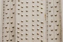 Fondo del metal con plata vertical de la base del diseño industrial de la corrosión de la erosión del panel de muchos remaches fotos de archivo