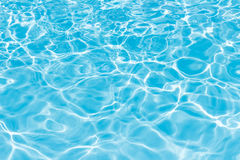 Fondo del modello increspato di acqua pulita in po di nuoto blu Fotografie Stock Libere da Diritti