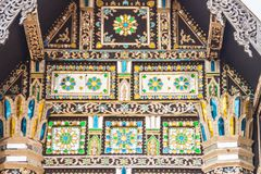 Fondo del modelo del estilo de Lanna hermoso en el extremo de aguilón budista de la iglesia Artes de oro tailandeses septentriona imágenes de archivo libres de regalías