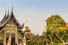 Fondo del modelo del estilo de Lanna hermoso en el extremo de aguilón budista de la iglesia Artes de oro tailandeses septentriona fotografía de archivo