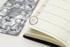 Fondo del negocio con la fecha seleccionada del plazo en recordatorio y Foto de archivo libre de regalías