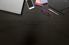 Fondo del negocio del escritorio de oficina con el ordenador portátil, smartphone, libretas, tableta y pluma digital, gafas y plu Foto de archivo libre de regalías