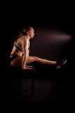Fondo del negro de la actitud de la yoga de Tittibhasana de la muchacha del gimnasta del deporte Fotografía de archivo