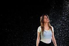 Fondo del negro de la lluvia de la mujer Fotos de archivo