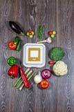 Fondo del negro de madera con las verduras frescas y la caja blanca Imagen de archivo libre de regalías