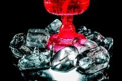 Fondo del nero del primo piano del vino rosso di vetro Immagine Stock