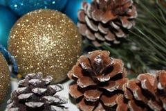 Fondo del nuovo anno dai giocattoli e dai coni di Natale Fotografia Stock