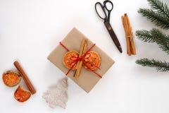 Fondo del nuovo anno e di Natale con il mestiere e contenitore di regalo fatto a mano su fondo bianco Fotografia Stock Libera da Diritti