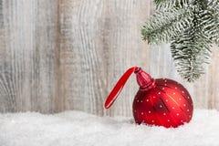 Fondo del nuovo anno e di Natale con la bagattella rossa Fotografie Stock Libere da Diritti