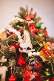 Fondo del nuovo anno e di Natale con le decorazioni di Eve Tree Pattini fatti a mano di legno come giocattolo per la pelliccia di Fotografie Stock Libere da Diritti