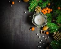 Fondo del nuovo anno e di Natale Ramo dell'albero di Natale su un fondo nero Coni e giocattoli dell'pelliccia-albero Vista da sop fotografia stock