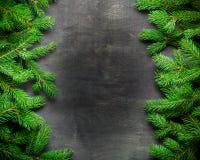 Fondo del nuovo anno e di Natale Ramo dell'albero di Natale su un fondo nero Coni e giocattoli dell'pelliccia-albero Vista da sop Immagini Stock