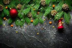 Fondo del nuovo anno e di Natale Ramo dell'albero di Natale su un fondo nero Coni e giocattoli dell'pelliccia-albero Vista da sop Fotografie Stock Libere da Diritti