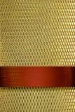 Fondo del oro con la cinta del rojo rico fotografía de archivo