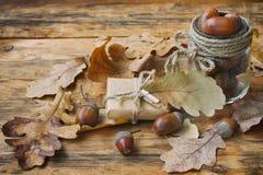 Fondo del otoño con las hojas secas roble, caja de regalo Imagenes de archivo