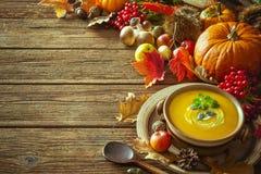Fondo del otoño de la acción de gracias con la sopa de la calabaza Imagen de archivo libre de regalías