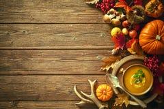 Fondo del otoño de la acción de gracias con la sopa de la calabaza Fotos de archivo libres de regalías