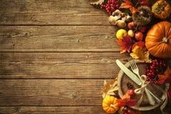 Fondo del otoño de las hojas y de las frutas caidas con el pla del vintage Foto de archivo libre de regalías